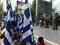 Греческие цыгане протестуют в Афинах против решения о сносе табора