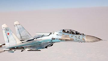 Норвежский летчик ВВС на истребителе F-16 сфотографировал российский самолет Су-27 в сопровождении Ил-78 и Ту-95 (вне кадра)