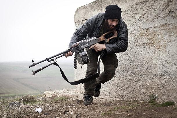 Боец Свободной сирийской армии во время боя с сирийскими войсками в городе Аазаз