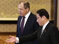 Министр иностранных дел России Сергей Лавров и министр иностранных дел Японии Фумио Кисида в Токио