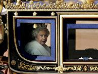 Королева Елизавета II покидает Букингмеский дворец перед поездкой на Церемонию открытия парламента в Палате лордов