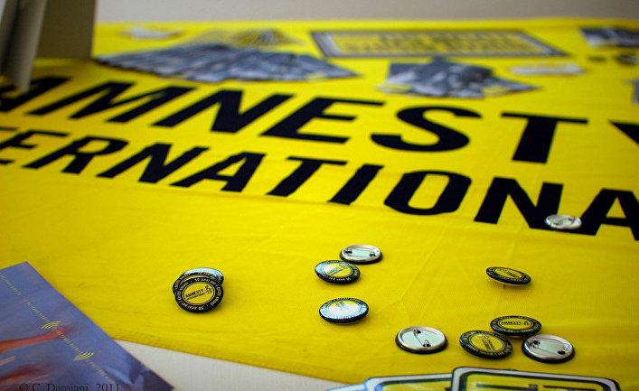 Баннер международной правозащитной организации Amnesty International