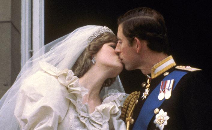 Принц Чарльз целует свою невесту, бывшую Диану Спенсер на балконе Букингемского дворца