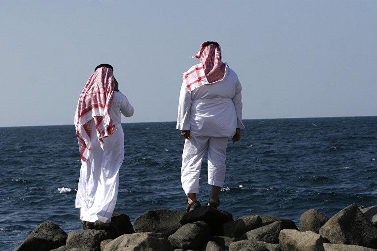 Мужчины на пляже на берегу Красного моря в Джидде
