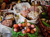 Освящение пасхальных куличей и яиц во время пасхальной службы в Варлаамо-Хутынском Спасо-Преображенском женском монастыре