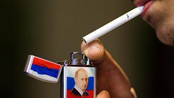 Зажигалка с изображением президента РФ Владимира Путина в магазине сувенирной продукции в Дамаске