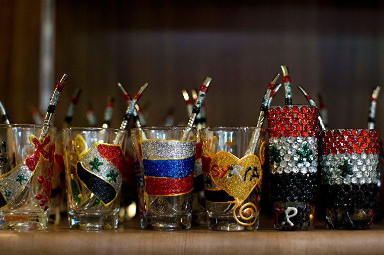 Стаканы, выполненные в цветах сирийского и российского государственных флагов