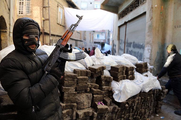 Боец вооруженного отряда Рабочей партии Курдистана в городе Диярбакыр