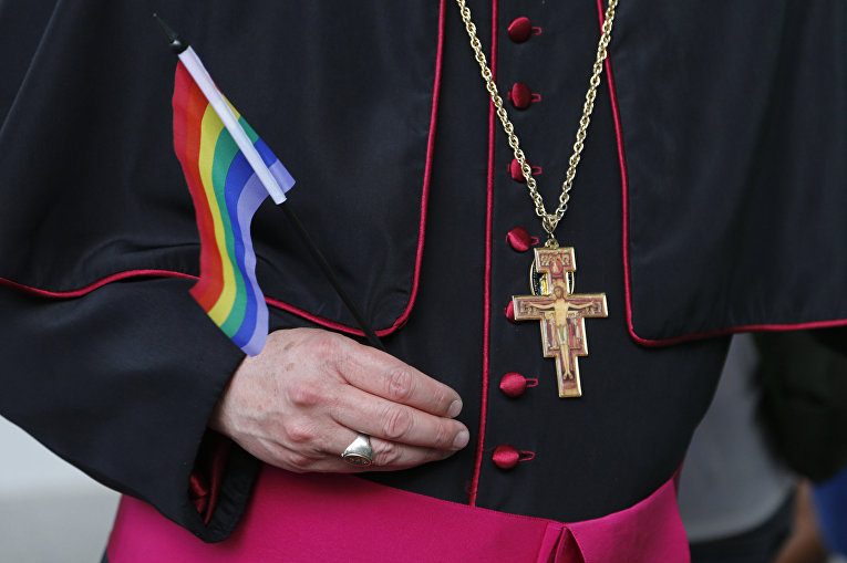 Канадский священник с радужным флагом