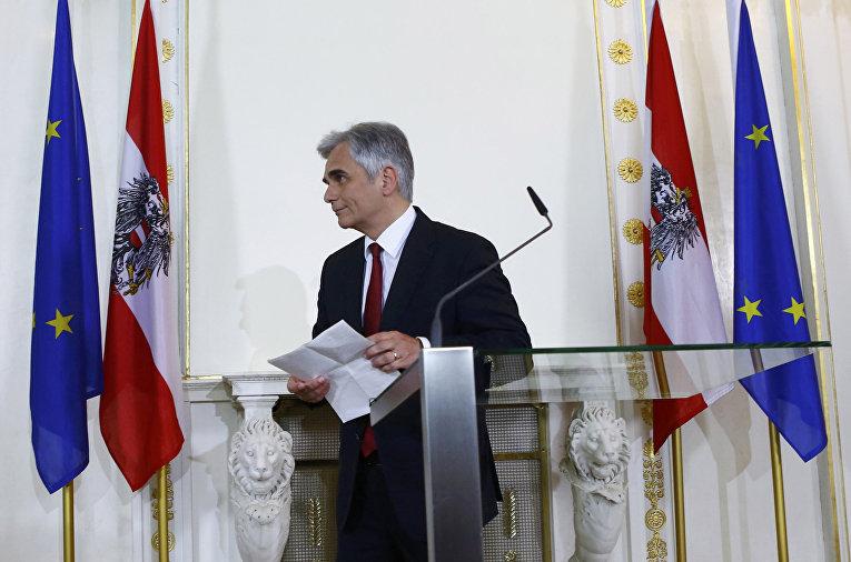 Канцлер Австрии Вернер Файман на пресс-конференции в Вене