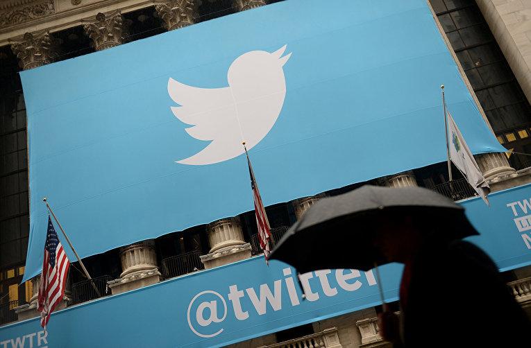 Баннер с логотипом Twitter на фасаде здания Нью-Йоркской фондовой биржи