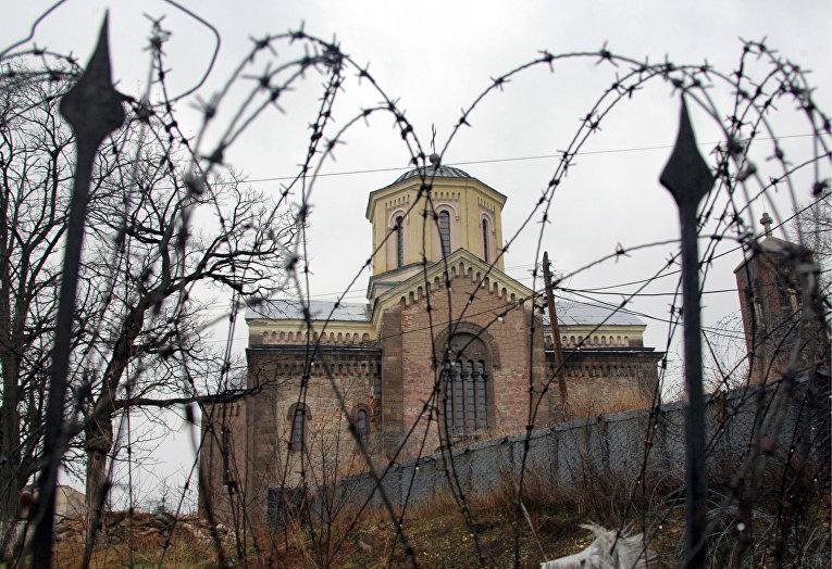 Полуразрушенный и сожженный изнутри сербский православный храм в Приштине