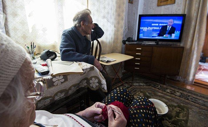 Пенсионеры из Омска смотрят трансляцию ежегодной специальной программы «Прямая линия с Владимиром Путиным»