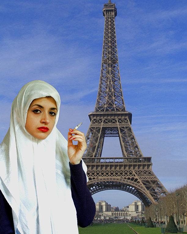 Девушка в хиджабе курит сигарету