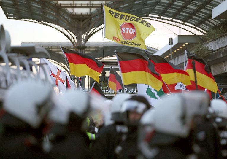 Сторонники движения PEGIDA на демонстрации у железнодорожного вокзала в Кельне