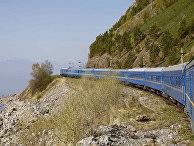 Транссибирский экспресс проезжает мимо озера Байкал