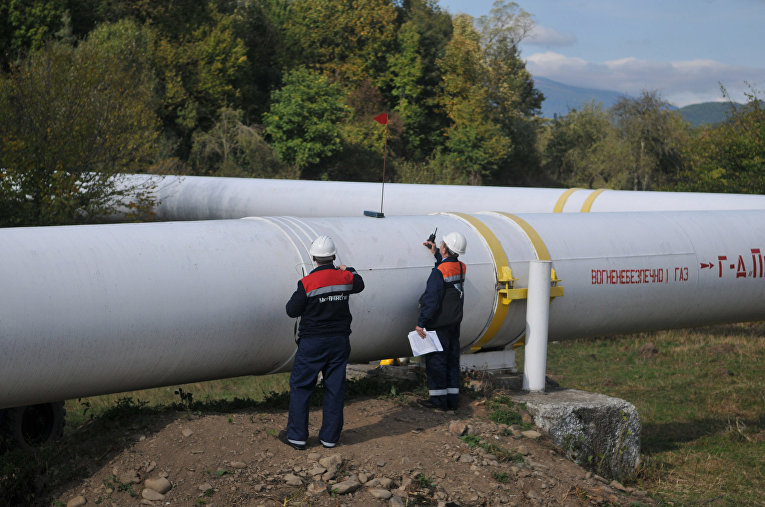 Рабочие на украинской газовой станции в городе Воловец