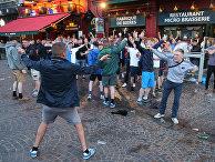 Болельщики на одной из улиц во французском городе Лилле
