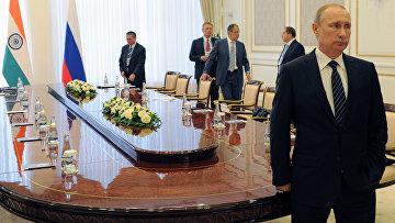 Президент РФ Владимир Путин перед началом встречи в Ташкенте с премьер-министром Индии Нарендрой Моди