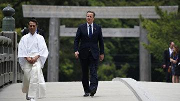 Премьер-министр Великобритании Дэвид Кэмерон во время посещения храма Исэ Исэ