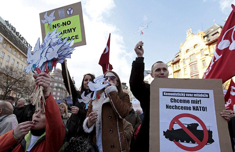 Представители Коммунистической партии на демонстрации в Праге против учений Dragoon Ride
