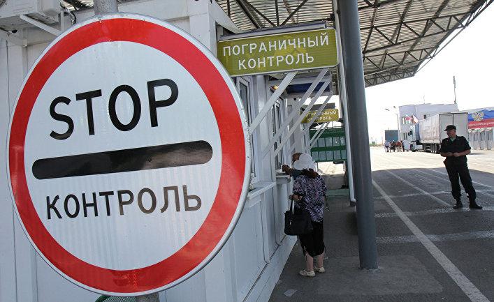 """Приезжие проходят пограничный контроль на пункте пропуска """"Армянск"""" российско-украинской границы"""