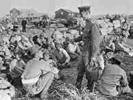 Советские бойцы и офицеры беседуют с пленными японскими солдатами