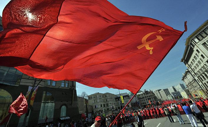 Участники шествия КПРФ в честь 68-й годовщины Великой Победы СССР в Москве