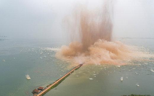 В Китае ради спасения от наводнения взорвали дамбу