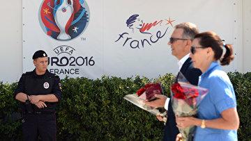 Цветы в память о погибших в Ницце у посольства Франции