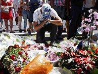 Люди скорбят о жертвах теракта в Ницце, Франция