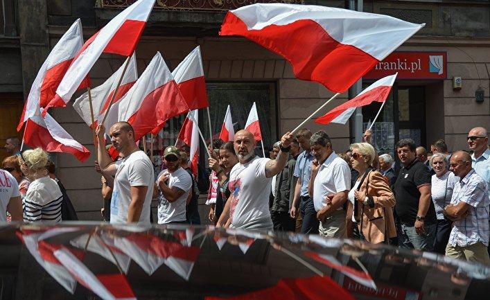 Участники марша памяти жертв Волынской резни в Пшемышле