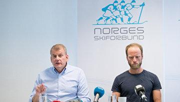 Председатель федерации лыжного спорта Норвегии Эрик Рёсте и лыжник Мартин Сундбю