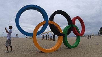 Олимпийские кольца на пляже Копакобана в Рио-де-Жанейро