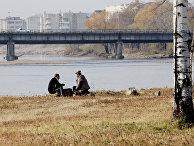 Горожане отдыхают на берегу реки Бира в одном из районов города Биробиджан