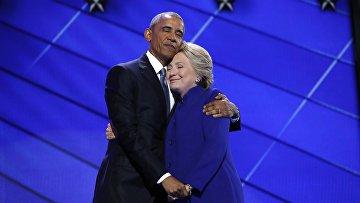Президент США Барак Обама и кандидат в президенты Хиллари Клинтон во время общенационального съезда Демократической партии