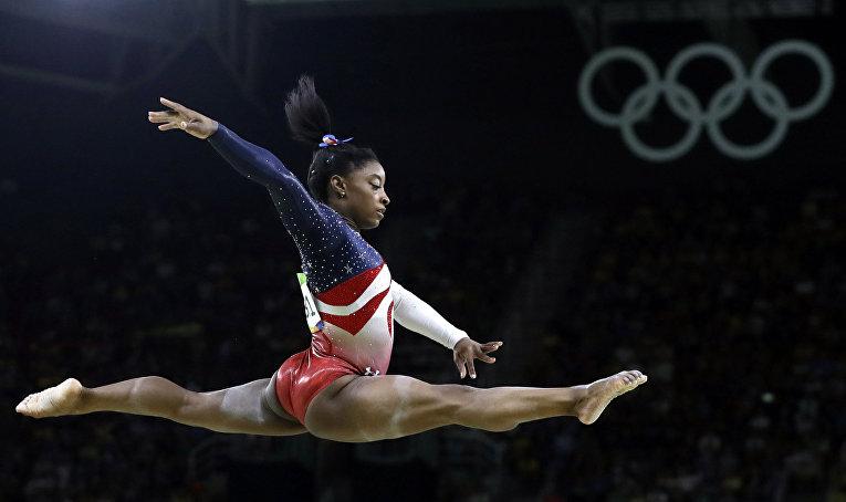 Американская гимнастка Симона Байлз во время соревнований по художественной гимнастике