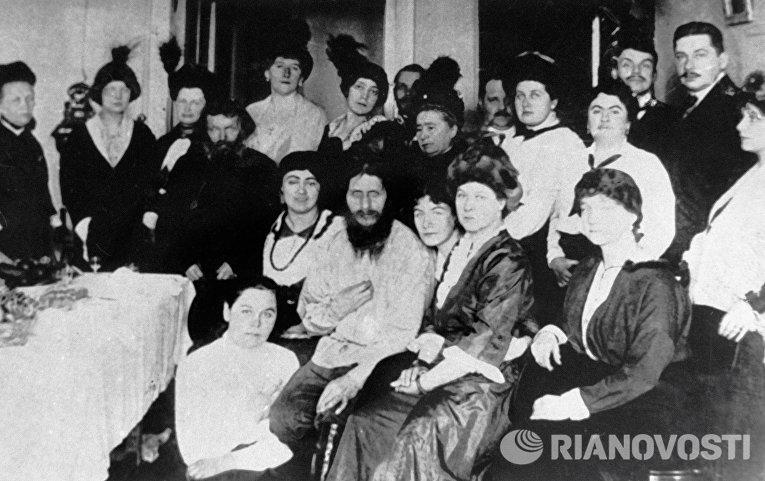 Григорий Распутин среди придворных
