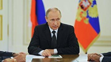 Президент РФ В. Путин провел заседание Совбеза РФ в Санкт-Петербурге. 31 июля 2016