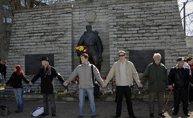 Жители Таллина протестуют против перемещения памятника солдату Красной армии, 22 апреля 2007 года