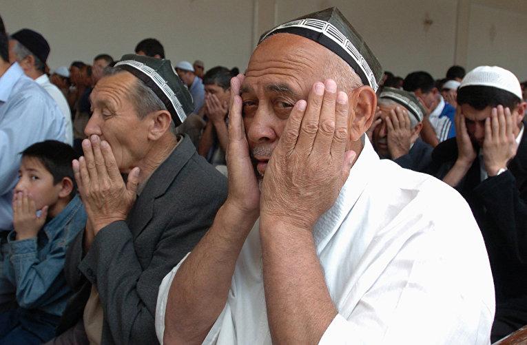 Верующие во время пятничной молитвы в мечети Шайх Зайниддин