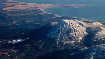 Вид на вулкан Менделеева и поселок Южно-Курильск на острове Кунашир