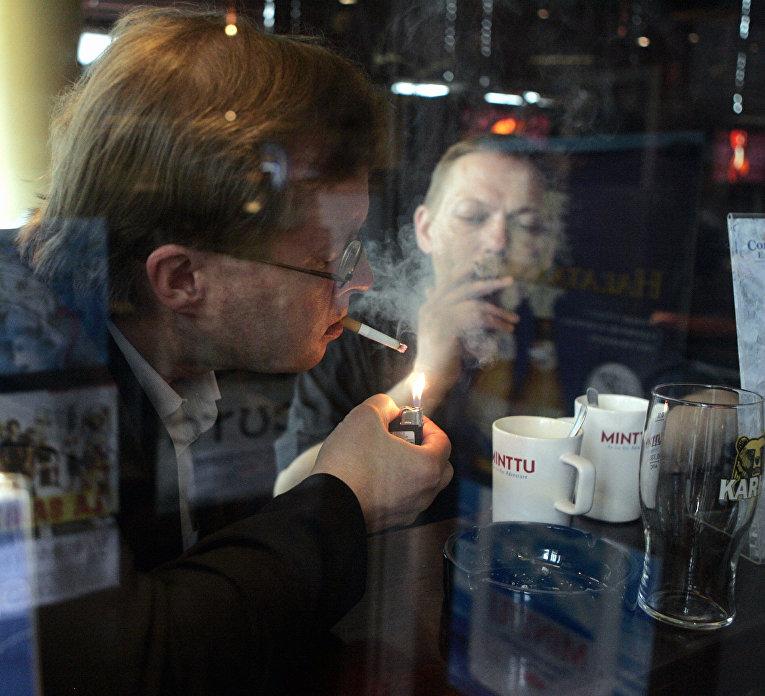 Курильщики в одном из баров в Хельсинки