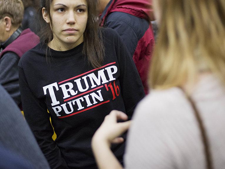 Девушка ожидает выступление кандидата в президенты США Дональда Трампа в Плимуте