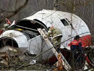 Сотрудник МЧС на месте крушения самолета президента Польши Качиньского
