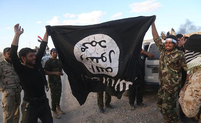 Иракские военные и бойцы шиитских отрядов саммобороны с захваченным флагом Исламского государства (запрещена в РФ)