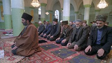 Во время молитвы в восстановленной после реставрации мечети