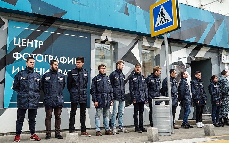Активисты организации «Офицеры России» возле входа в «Центр фотографии имени братьев Люмьер» в Москве