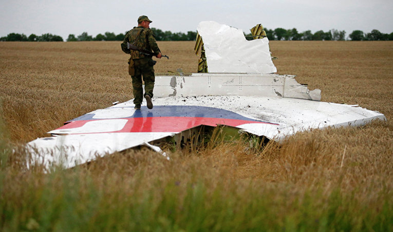 Ополченец на месте крушения самолета Боинг 777