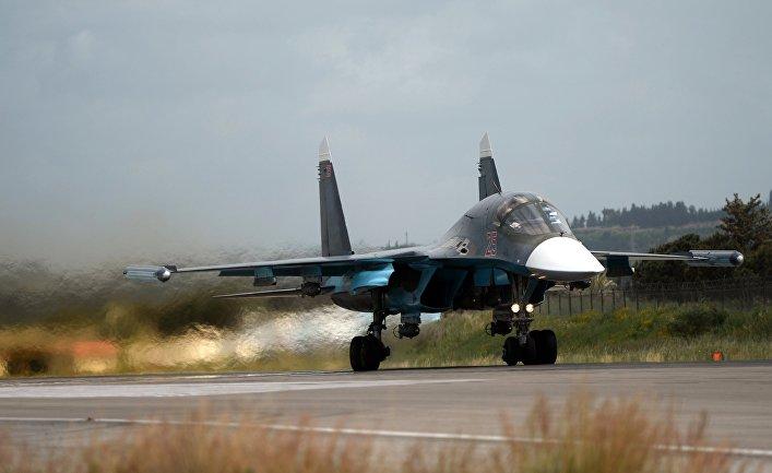 Российский истребитель Су-34 совершает взлет на авиабазе «Хмеймим» в Сирии